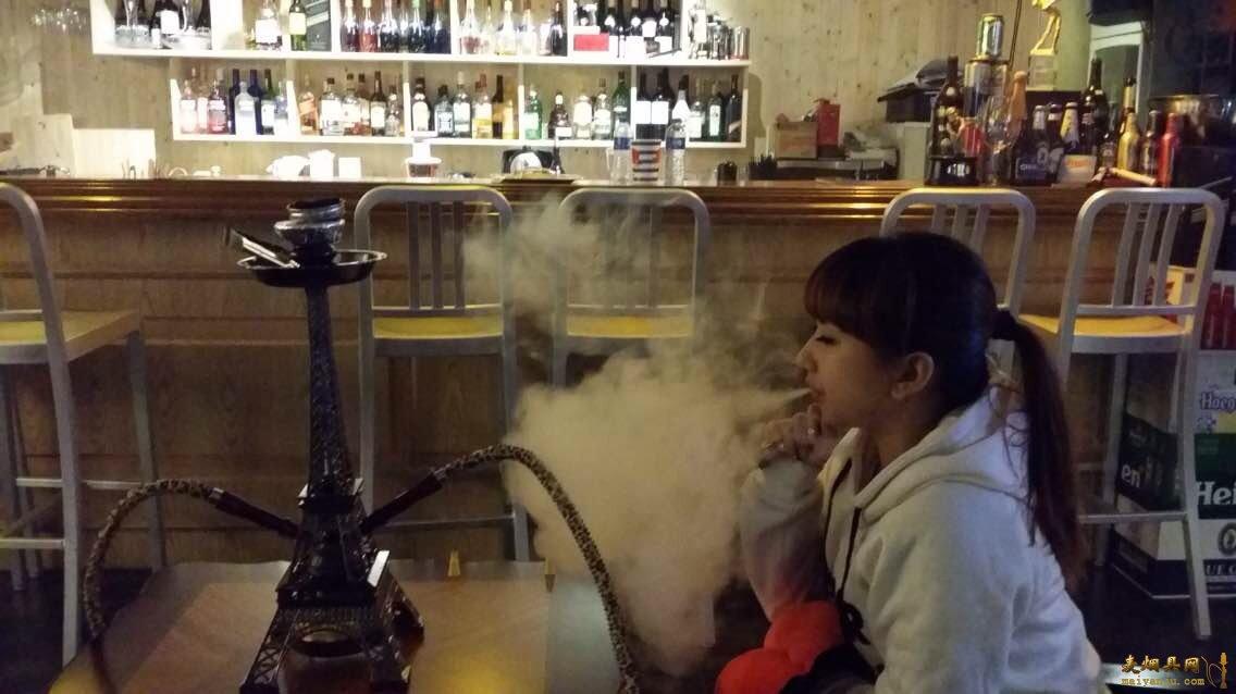 美女玩大烟量阿拉伯水烟