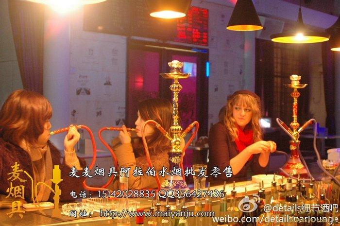 ,在中国的酒吧也比较流行,酒吧水烟是比较吸引酒吧客户的东西,味道好,口感清纯,酒吧一般卖的比较贵 小壶 一壶水烟30-50元左右 中壶大号壶水烟 一壶要 50-100元左右,如果你们的城市里面就一家卖酒吧水烟的那么价格可能会偏高一些,在200-300元一壶! 酒吧水烟有毒,水烟是健康的烟草 不含尼古丁与焦油的 股有称果燃,即 水果燃烧的意思!  推荐文章